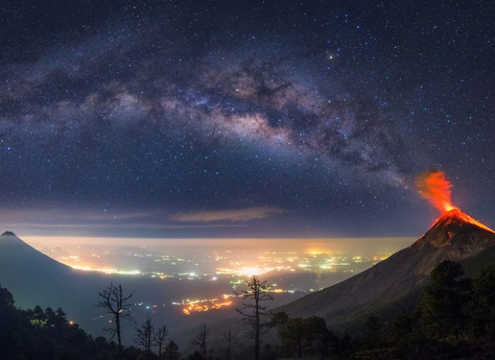 These-Photos-of-an-Erupting-Volcano-Lined-Up-With-The-Milky-Way-Will-Make-Your-Jaw-Drop-58ecea6b51846__880